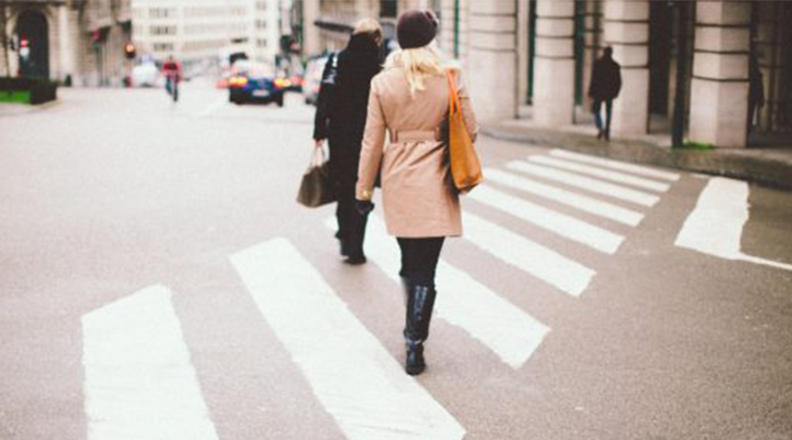 Vuelve a casa del trabajo caminando, te sentirás mejor aunque no creas que es un ejercicio intenso.