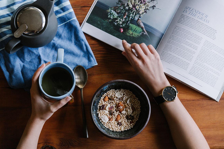 Si estás leyendo y comiendo, intenta alternar estas actividades en vez de hacer ambas a la vez.