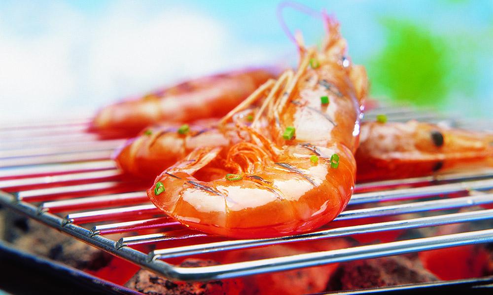 Una deliciosa parrillada de pescado y marisco con salsa de lima