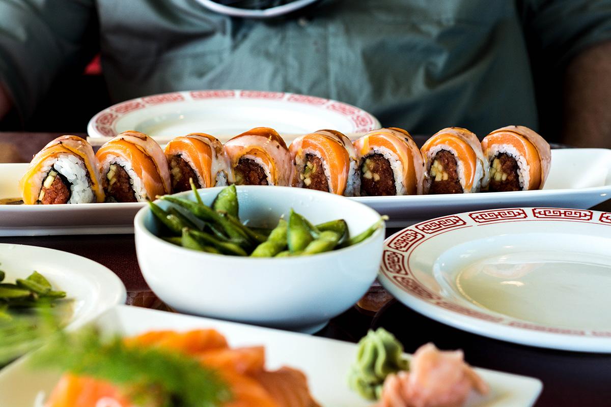 Puedes acompañar tus rolls de sushi con deliciosos aperitivos como los Edamames.