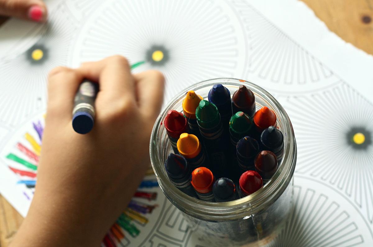 Fomenta su creatividad invitándoles a dibujar y pintar vuestros nuevos bolos caseros.