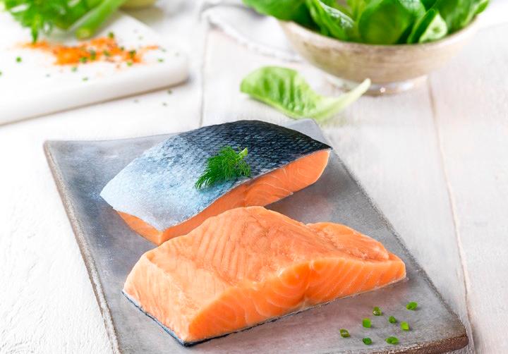 El salmón contiene proteínas de alta calidad, fácilmente digeribles y llenas de aminoácidos esenciales