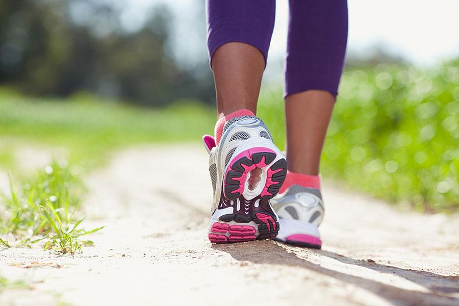 La punta del pie debe ser lo último en tocar el suelo para que te impulse al siguiente paso.