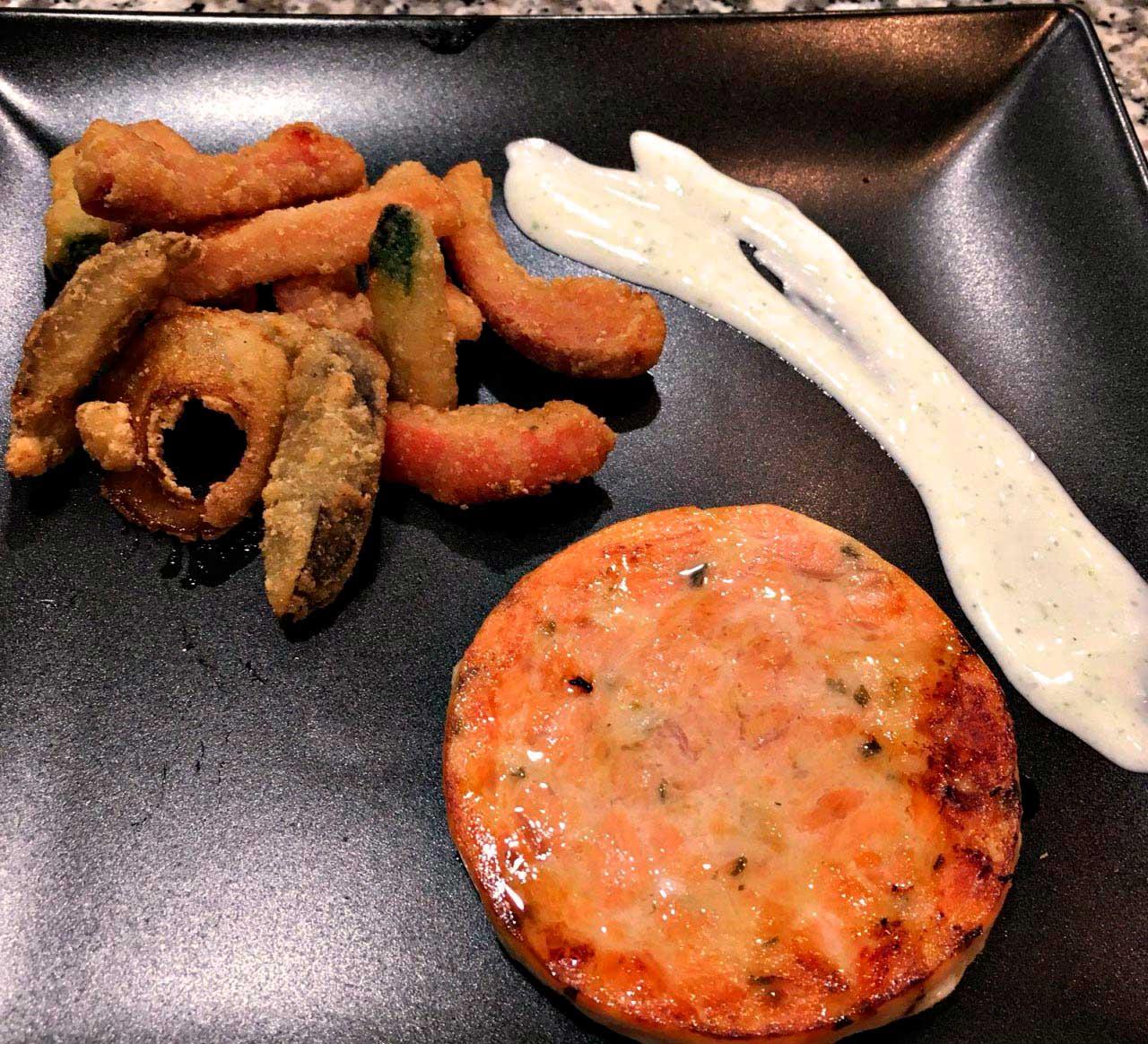 Las madres probaron la hamburguesa de salmón con verduras en tempura.