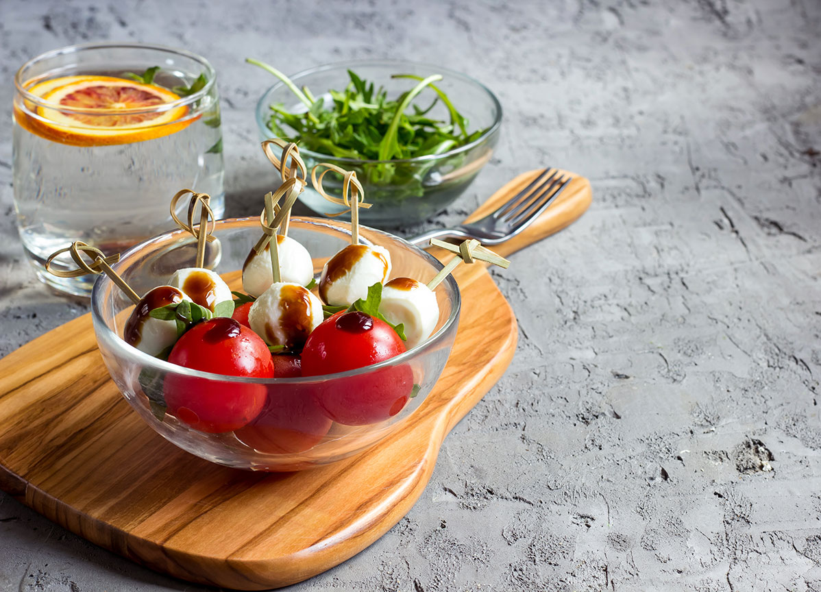 La ensalada caprese en formato mini brocheta es una de las recetas más deliciosas