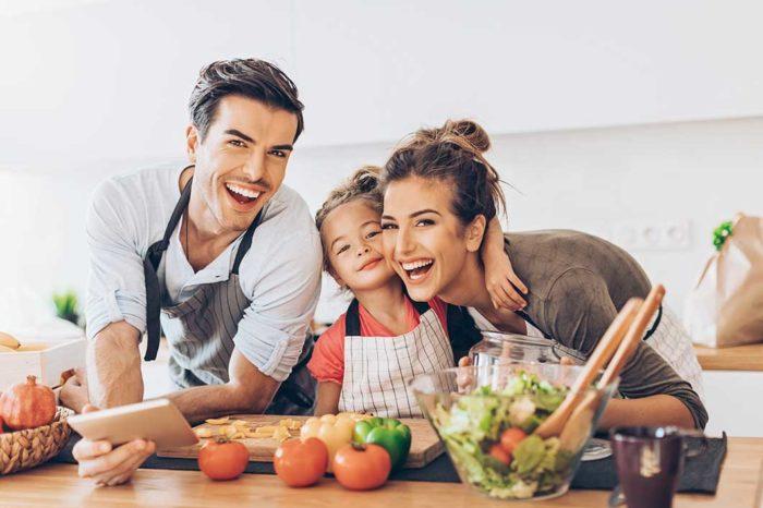 Cocinar en familia es una forma saludable e instructiva de estar juntos.
