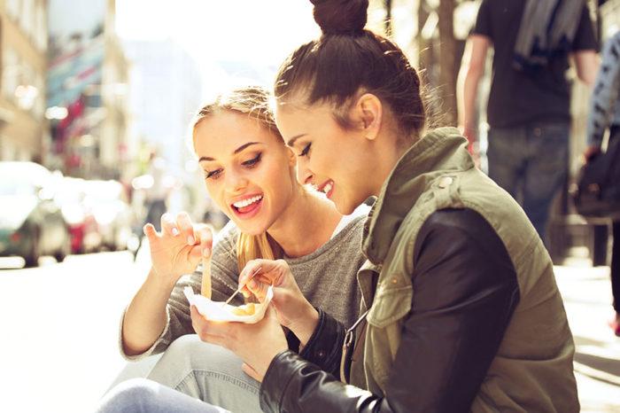chicas-comiendo-fuera