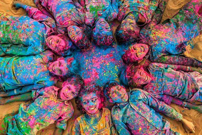 niños en festival holi