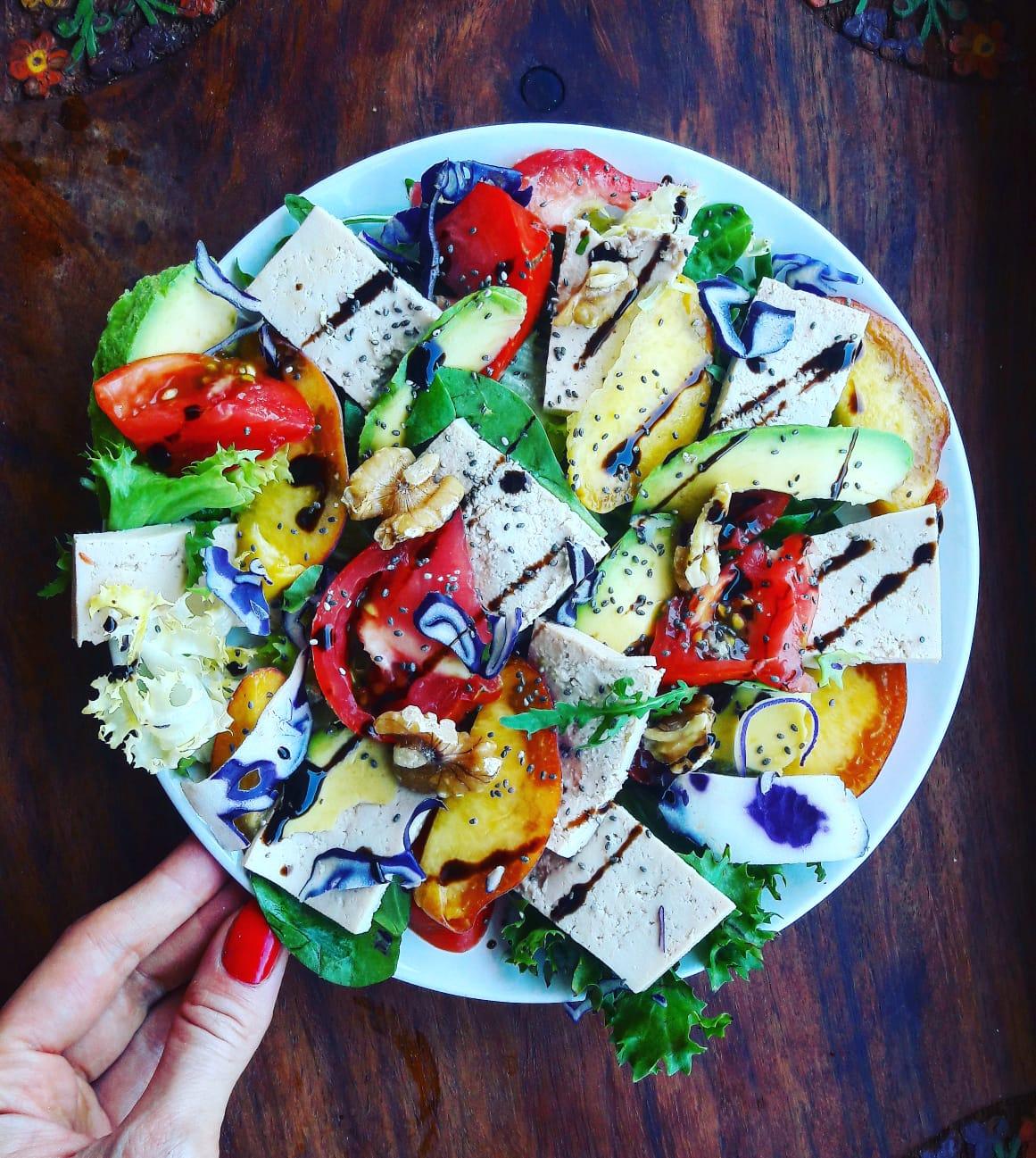 Nuestro menú vegano también incluye la ensalada de tofu, mango y aguacate.