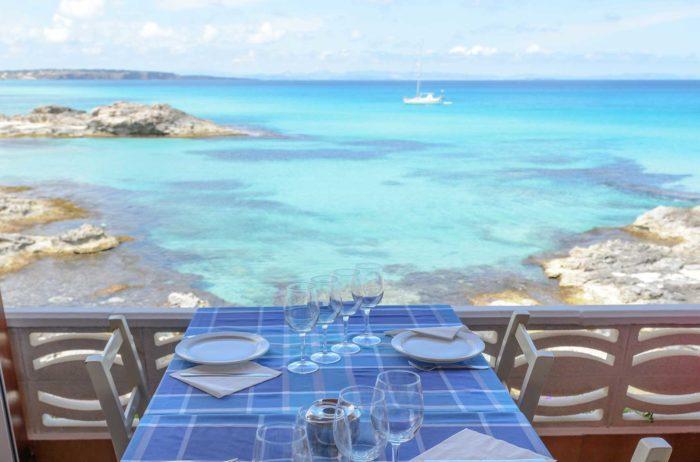 La gastronomía de la isla está altamente influenciada por su naturaleza marítima.