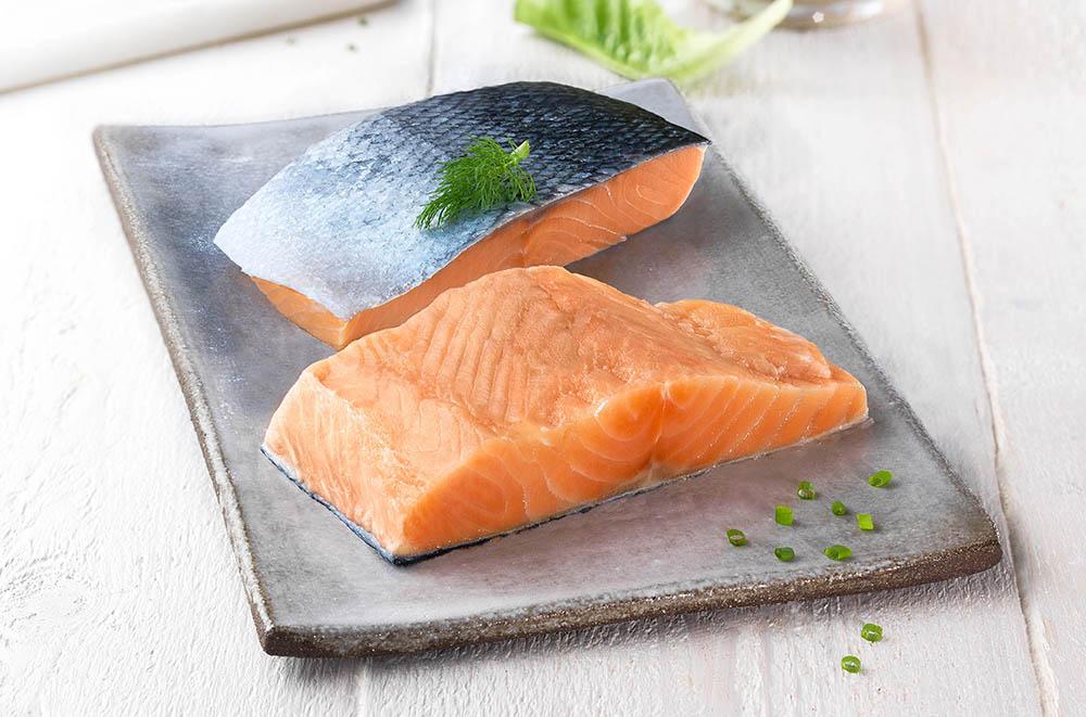 El salmón es una gran fuente de proteínas y ácidos grasos omega-3, que ayudan a prevenir el colesterol.